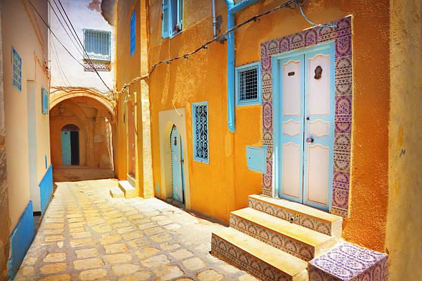arabian street - urlaub in tunesien stock-fotos und bilder