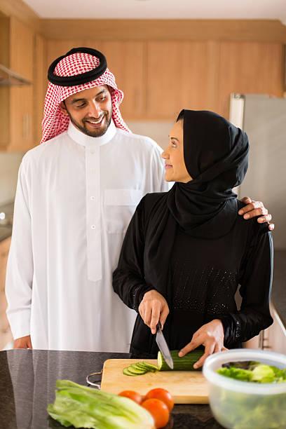 arabische paar in startseite küche kochen - eheringe öko stock-fotos und bilder