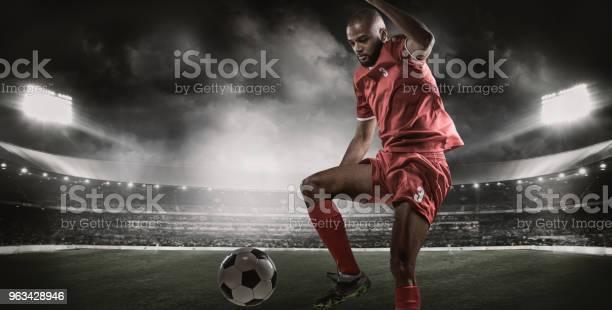 Arabski Muzułmanin Niekaukaski Piłkarz Kontrolujący Piłkę Nożną Na Oświetlonym Stadionie - zdjęcia stockowe i więcej obrazów Zawodnik piłki nożnej