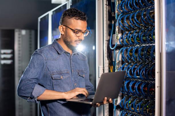 Arabischer Serveringenieur mit Laptop – Foto