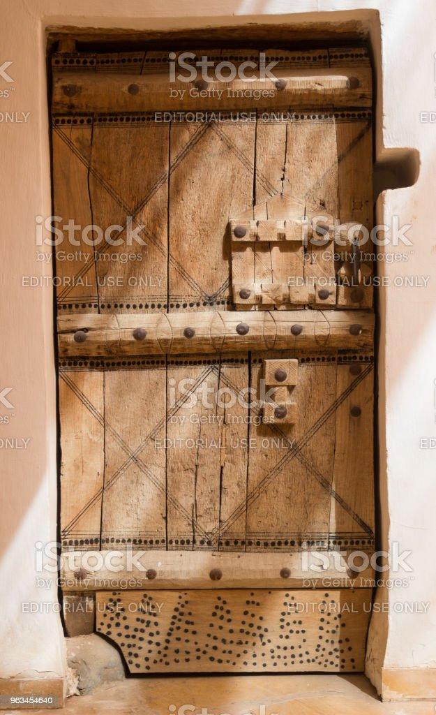Drzwi w stylu arabskim z tajemniczym światłem w Rijadzie, Arabia Saudyjska - Zbiór zdjęć royalty-free (Arabia)