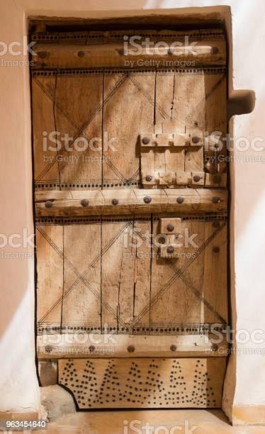 Drzwi W Stylu Arabskim Z Tajemniczym Światłem W Rijadzie Arabia Saudyjska - zdjęcia stockowe i więcej obrazów Arabia