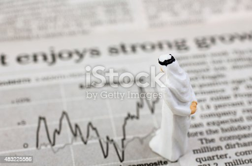 istock Arabic businessman with business graph 483225586