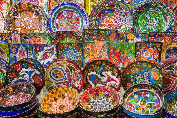 arabische keramische platen met veelkleurige patronen op de bazaar - oezbekistan stockfoto's en -beelden