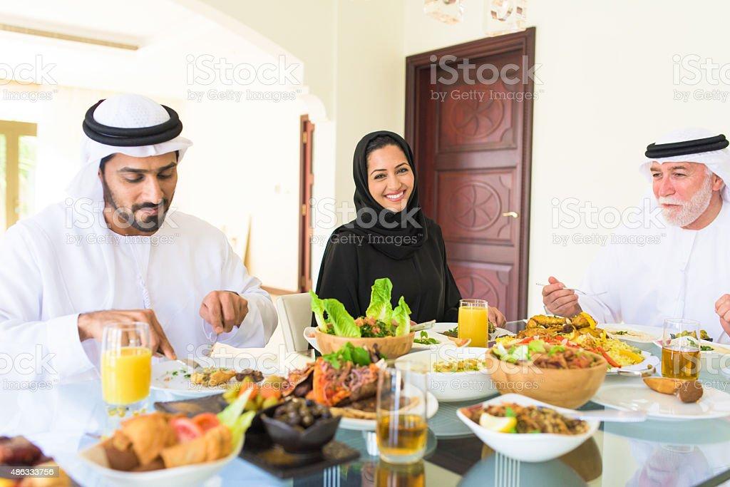 Arabe savourer un déjeuner en famille - Photo