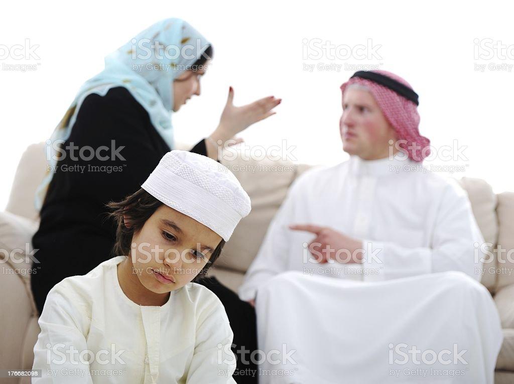 Árabe familia, luchando en su casa foto de stock libre de derechos
