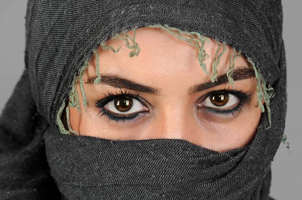 arabische mädchen blick - burka stock-fotos und bilder