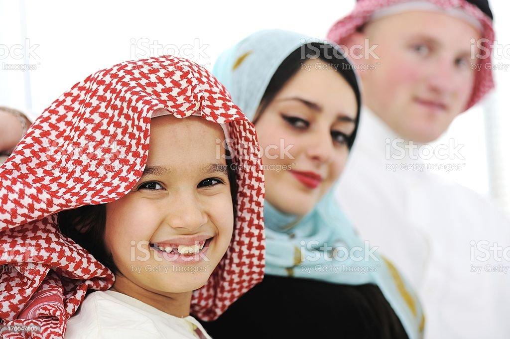 Árabe familia feliz en casa foto de stock libre de derechos