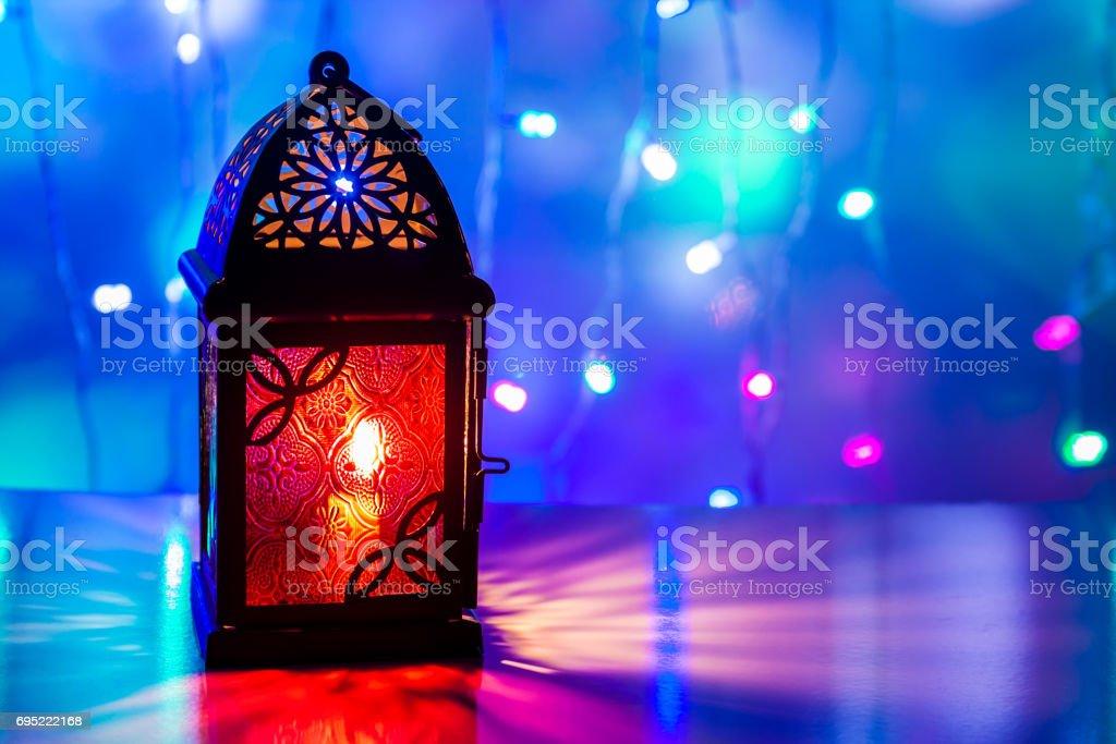 Arabic lanterne illuminée dans fond coloré - Photo