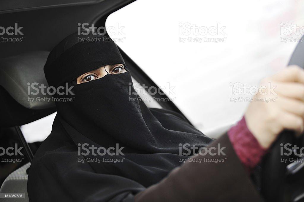 Arabski Muzułmanin kobieta w Welon i szalik Jazda samochodem – zdjęcie