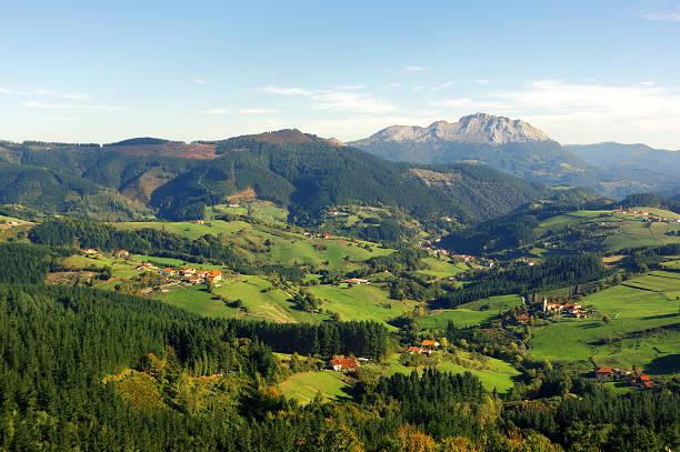 Aramaio valley con Udalaitz a las montañas - foto de stock