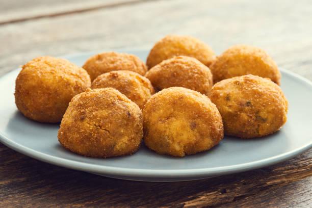 arancini (tiefe frittierte reisbällchen mit fleisch) typische sizilianische straße nahrung - hausgemachter gebratener reis stock-fotos und bilder