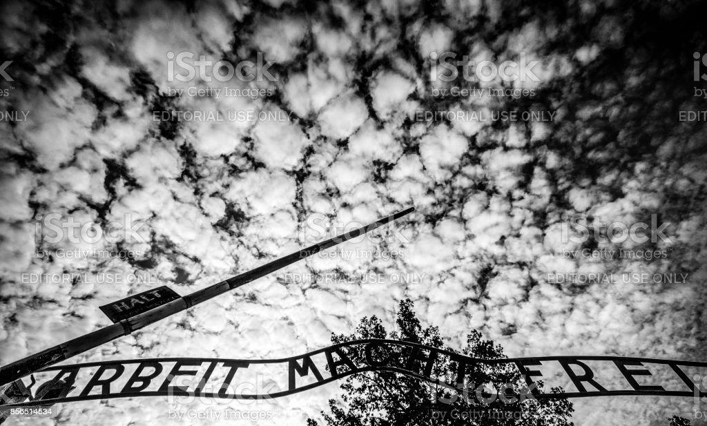 Arbeit Macht Frei mit bewölktem Himmel – Foto
