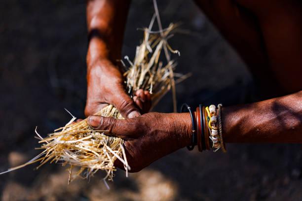arbeitende hände in afrika - традиционная церемония стоковые фото и изображения