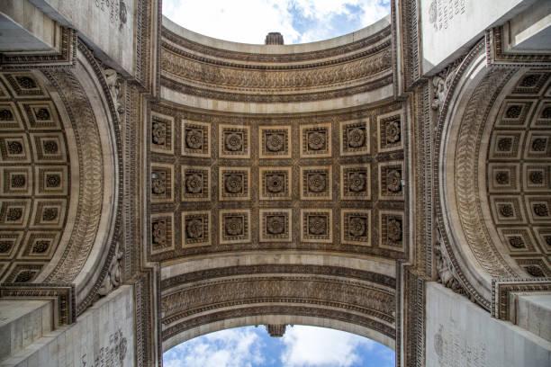 arc de triomphe in paris - via monte napoleone foto e immagini stock