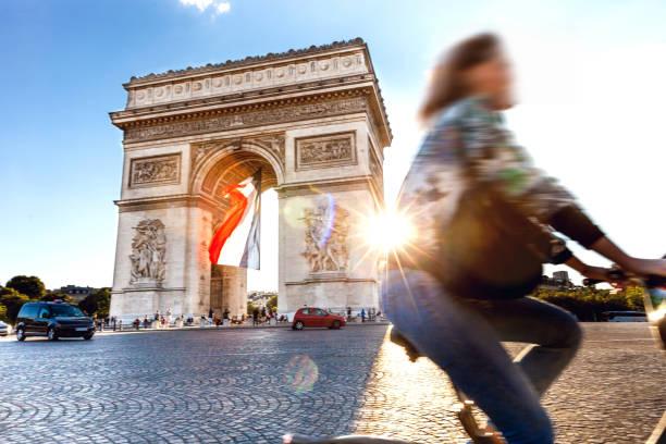 Arc de Triomphe à Paris avec un grand drapeau Français sous - Photo