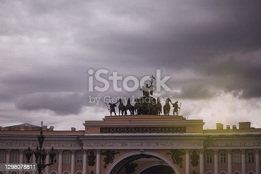 istock Arc de Triomphe of General Headquarters building on Palace Square 1298078811