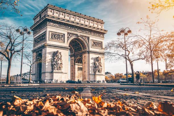 arc de triomphe - париж франция стоковые фото и изображения
