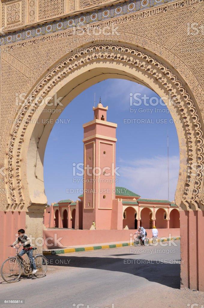 Arco y Mezquita en Rissani - foto de stock