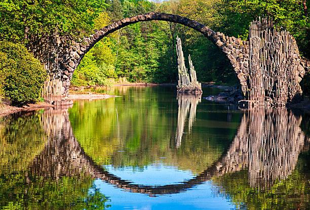bogenbrücke (rakotzbrucke) in kromlau, deutschland - deutsche bäume stock-fotos und bilder