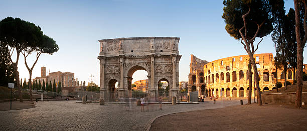 arch of constantine and colosseum panorama - boog architectonisch element stockfoto's en -beelden