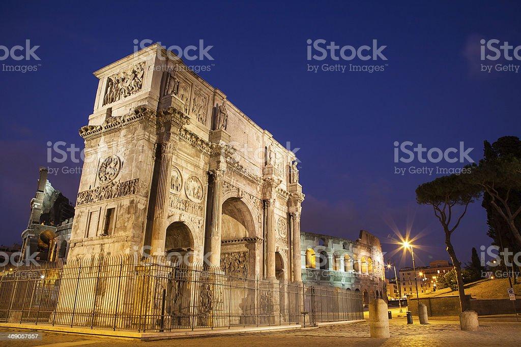 Arco de Constantino na noite, em Roma, Itália - foto de acervo