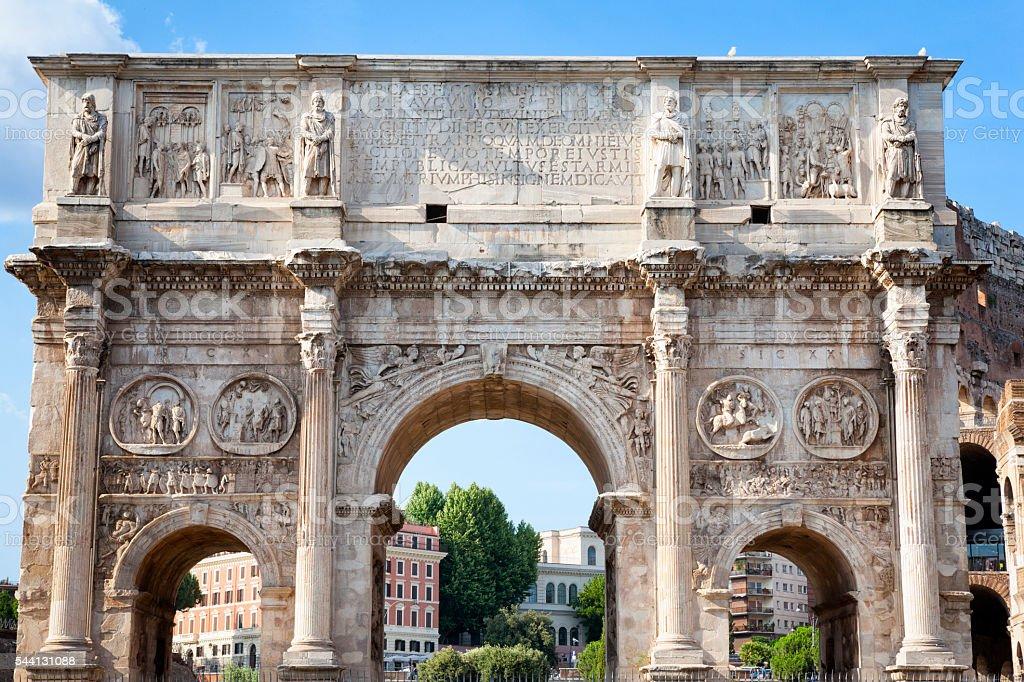 Arco de Constantino no fórum romano em Roma, Itália - foto de acervo