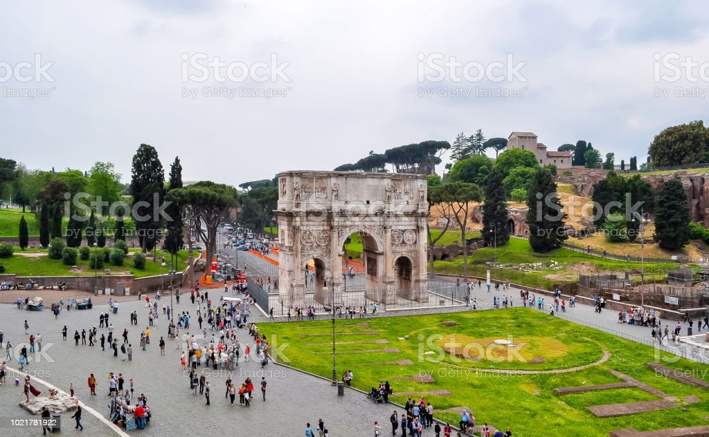 Arco de Constantino (Arco di Constantino) perto de Colloseum (Coliseu), Roma, Itália - foto de acervo