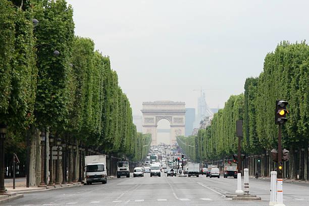 Arco de Triunfo al final de la calle - foto de stock