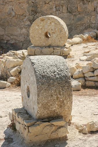 Restos arqueológicos en el castillo de Santa Bárbara, Alicante, España