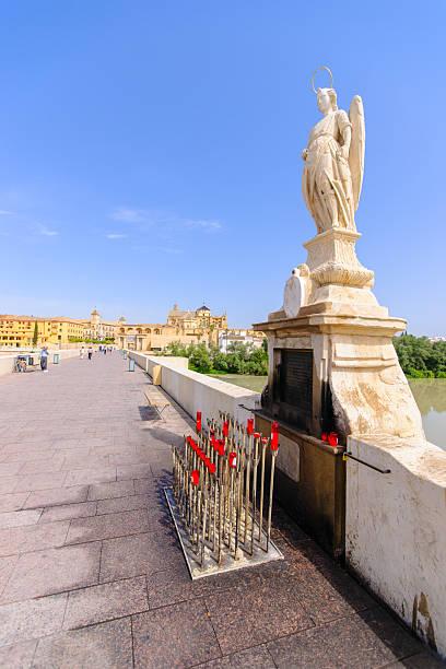 Arcanjo Raphael estátua em bridge em Córdoba-Espanha - foto de acervo