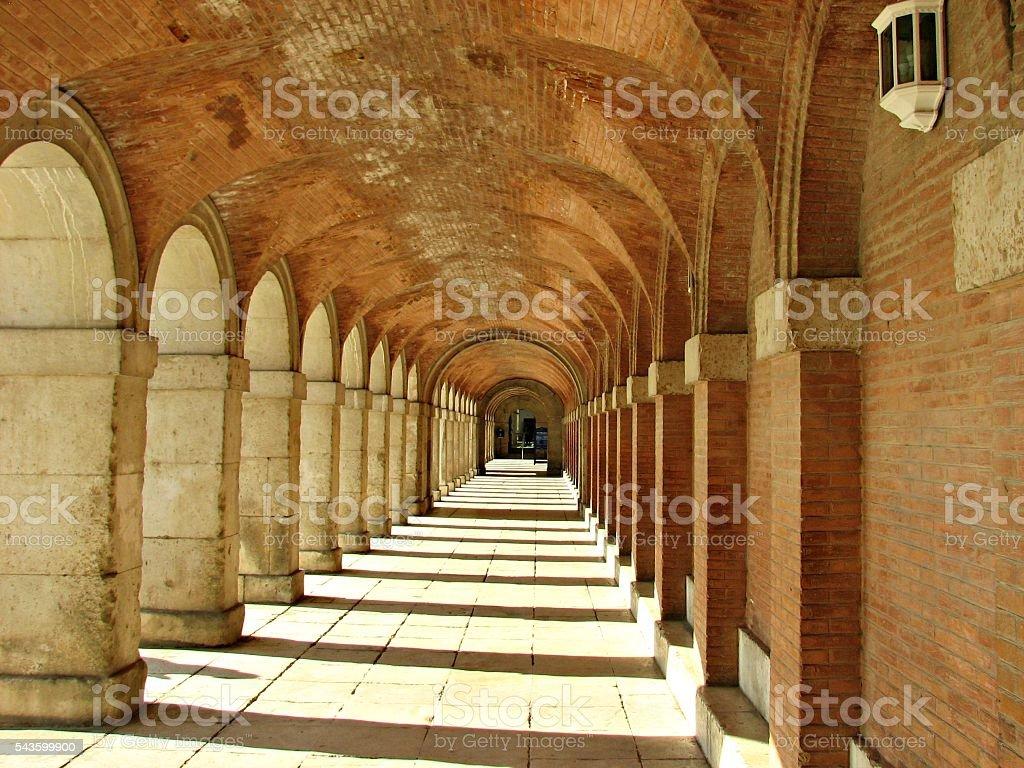 Arched brick passageway in Aranjuez Spain - foto de stock