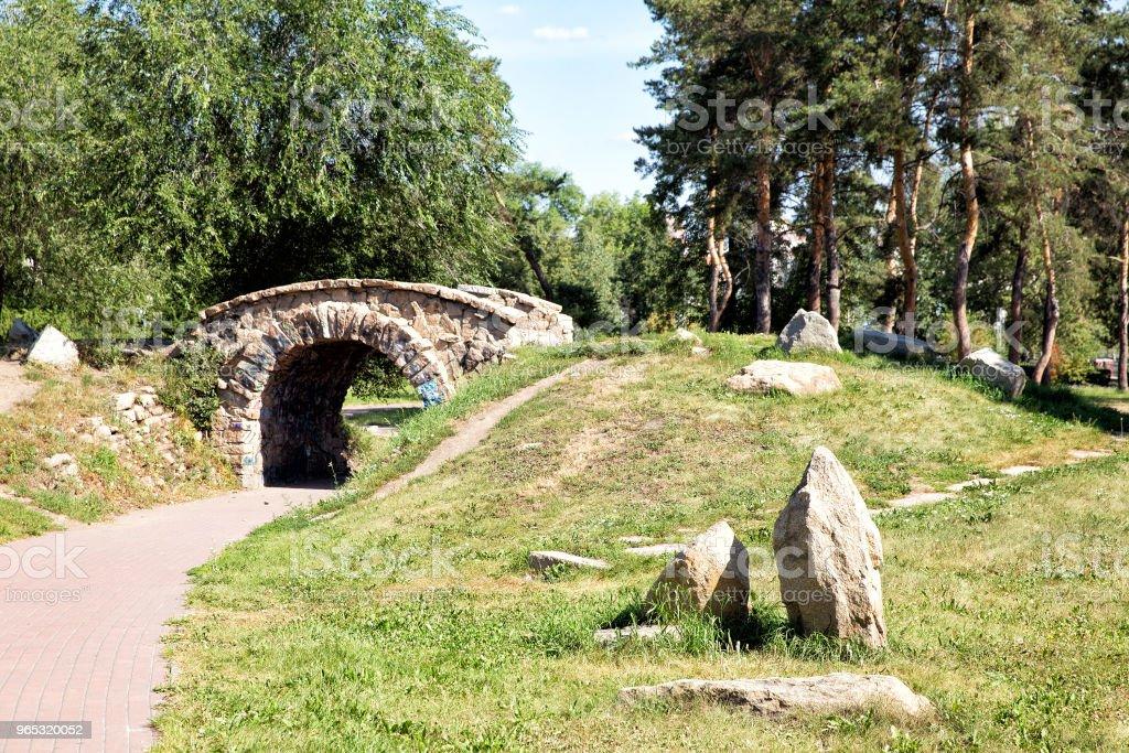 Arched bridge in the summer park zbiór zdjęć royalty-free