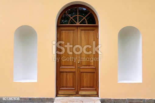 istock Arched door with empty arcades - classical old building 601382836