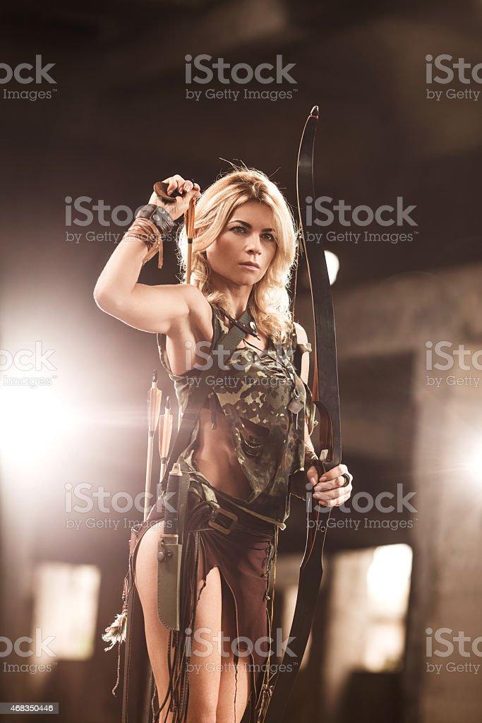 Archer extraer una flecha del quiver en su espalda. - foto de stock