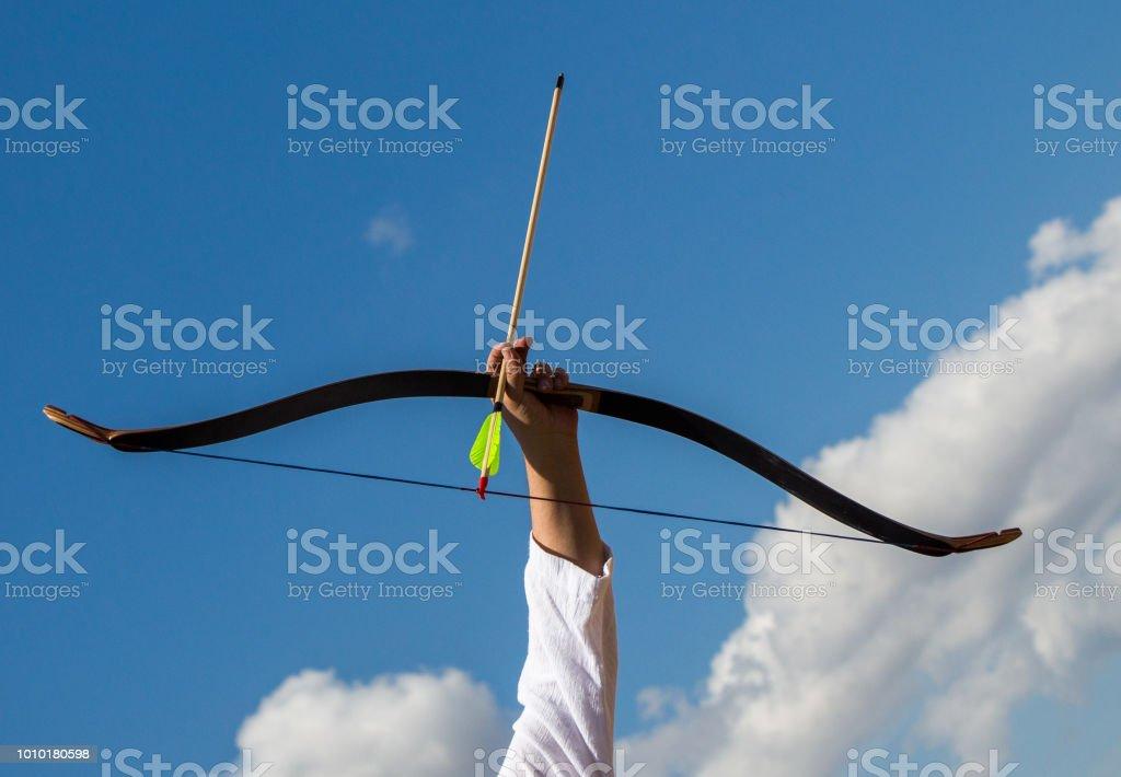 Archer en ropa tradicional de disparar una flecha - foto de stock