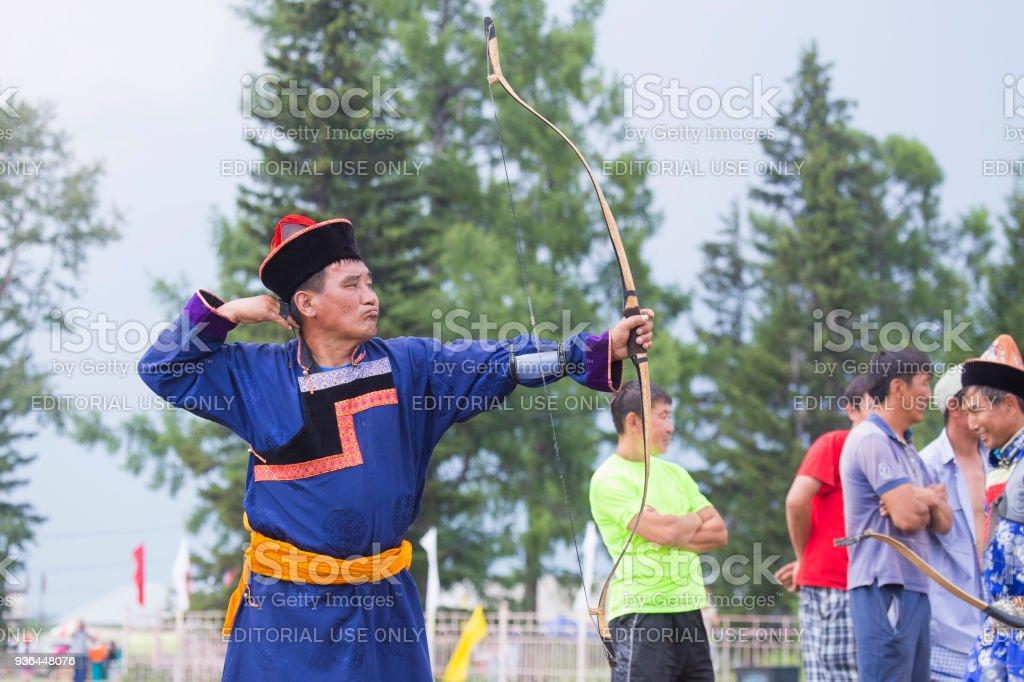 Competiciones de tiro con arco en la fiesta nacional de Buryat Sagalgan. - foto de stock