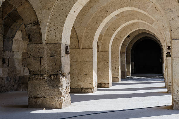 arches and columns in sultanhani caravansary on silk road, turkey - karavanserai stockfoto's en -beelden