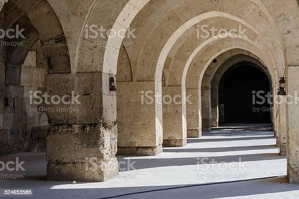 Arches And Columns In Sultanhani Caravansary On Silk Road Turkey Stockfoto en meer beelden van Aksaray - Provincie