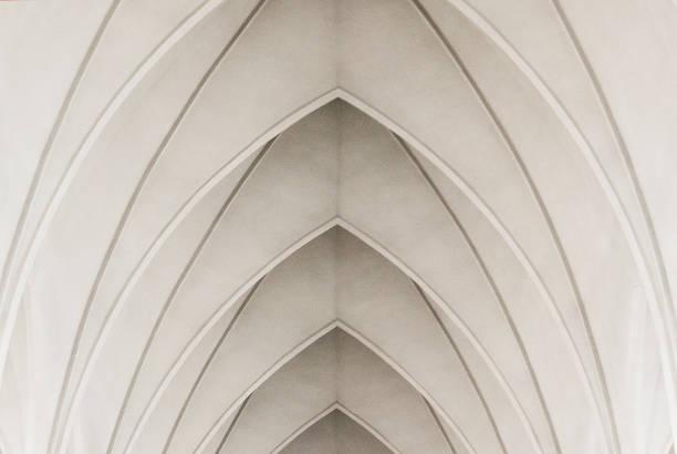 bogen in een moderne kerk - boog architectonisch element stockfoto's en -beelden