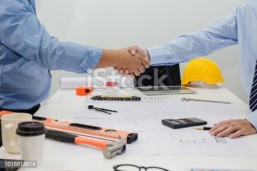 976560476istockphoto Architect and businessman shaking hands meeting discuss a plan about the construction project of real estate. Agreement and are willing to work together. 1015513014