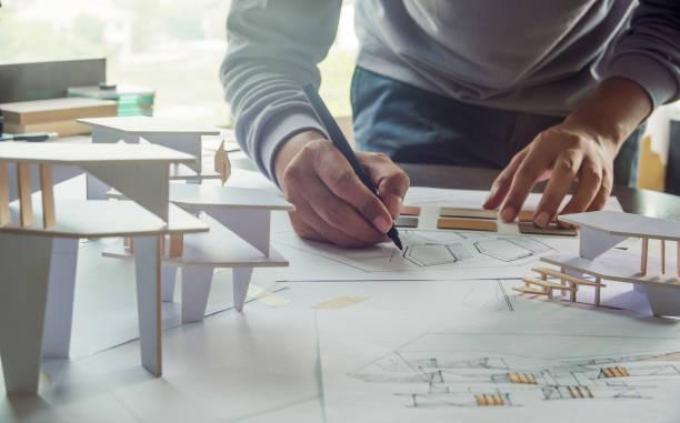 建築家の設計作業スケッチ計画の設計図の設計図の設計図と建築家のスタジオで建築建設モデルを作る - architecture ストックフォトと画像