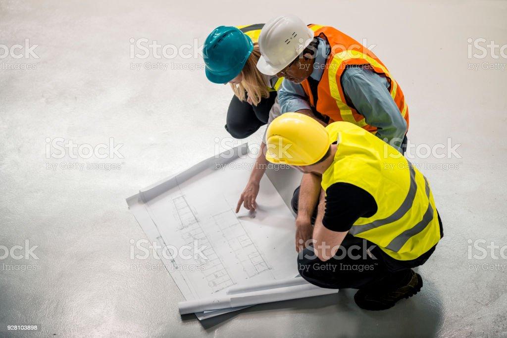 Architekt, Vorarbeiter und Vorgesetzten suchen die Baupläne – Foto