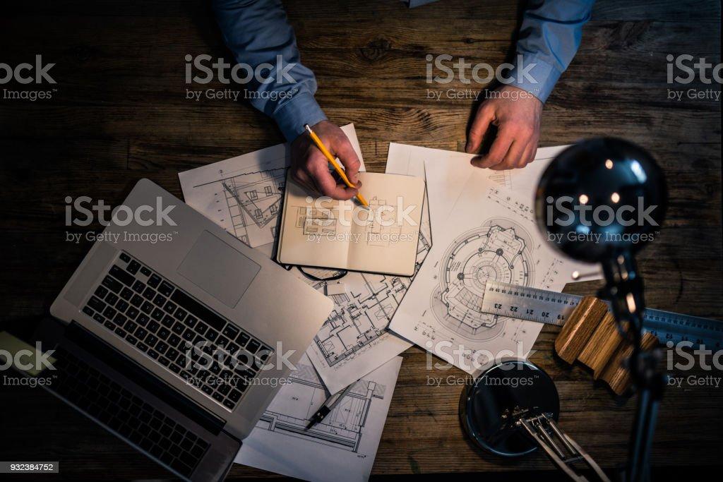 Architekt Handzeichnung an seinem Schreibtisch – Foto