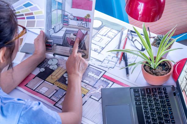 architect, binnenhuisarchitect (creatieve) werken aan tafel in kantoor - interior design stockfoto's en -beelden