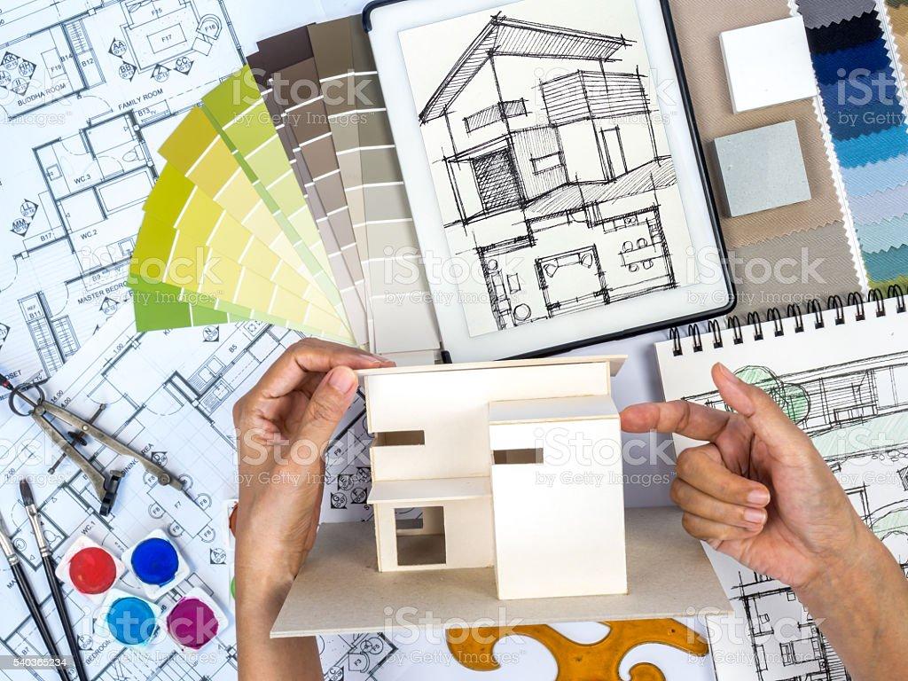 Architetto arredatore d39interni al lavoro sul tavolo da for Architetto interni
