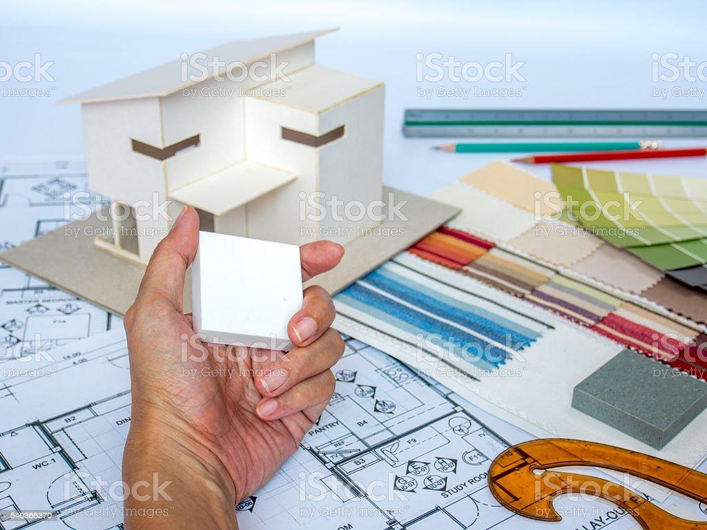 Architetto Arredatore D39interni Al Lavoro Sul Tavolo Da