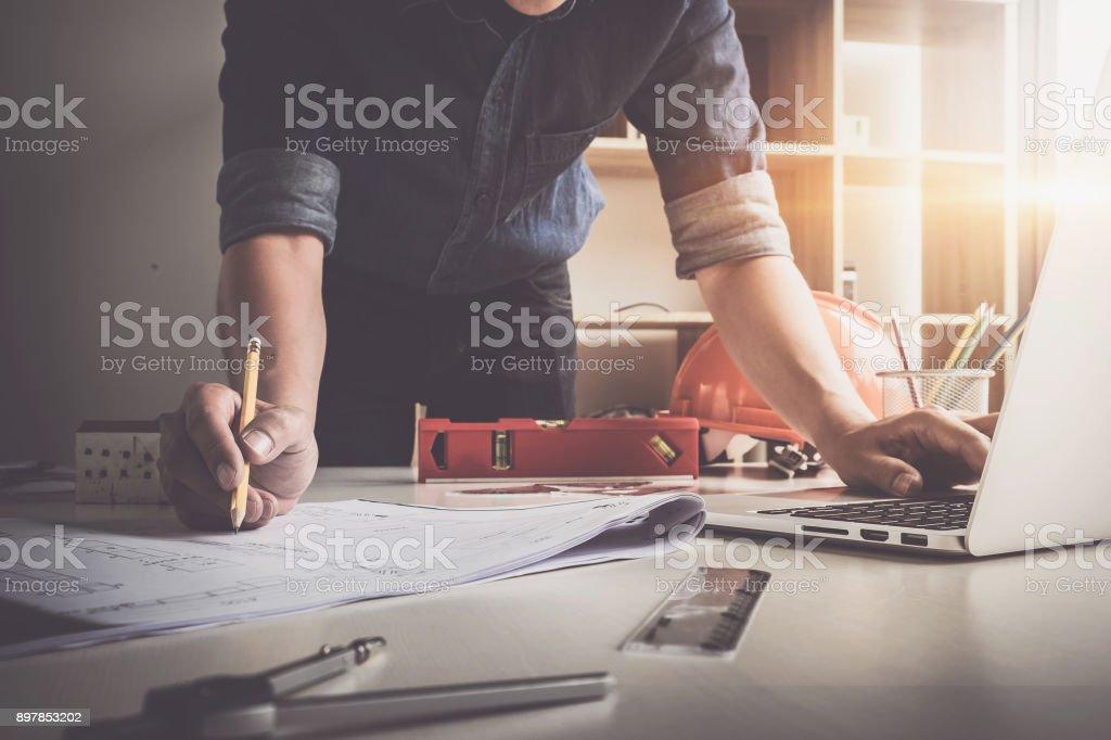 Architekten Sie Mann mit Bleistift arbeiten mit Laptop und Baupläne für architektonischen Plan, Ingenieur, ein Bau-Projekt-Konzept zu skizzieren. – Foto