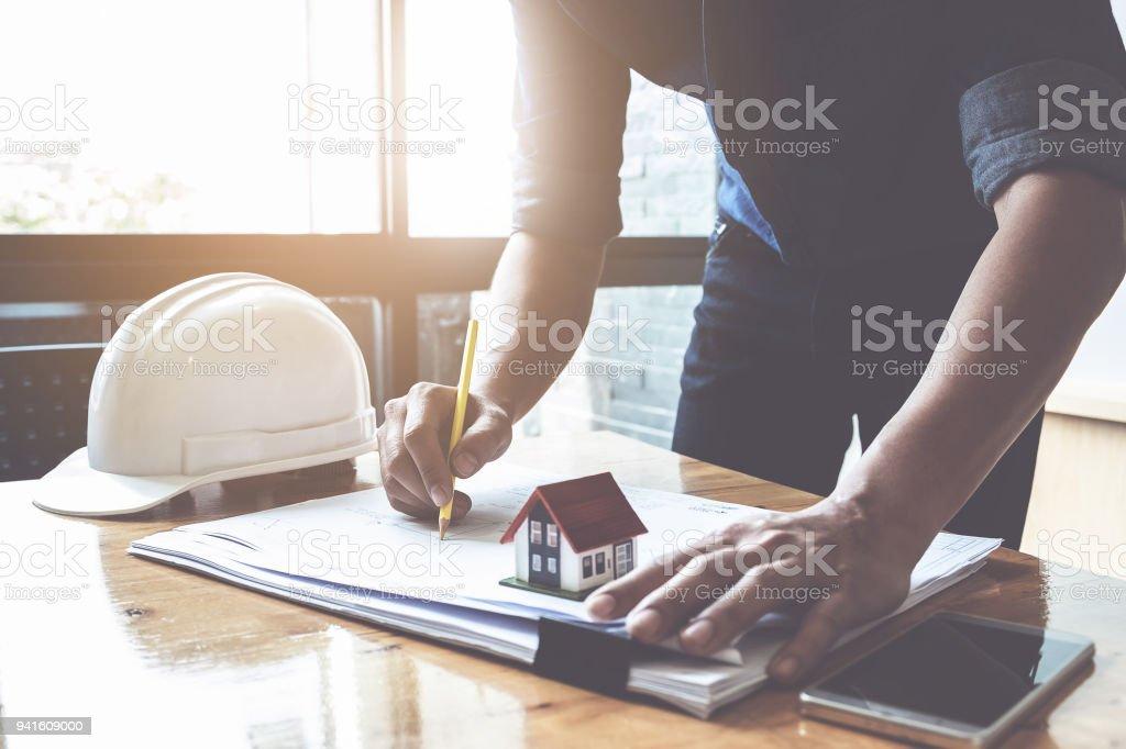 Architekten Mann arbeitet mit Zirkel und Baupläne für architektonischen Plan, Ingenieur, ein Bau-Projekt-Konzept zu skizzieren. – Foto