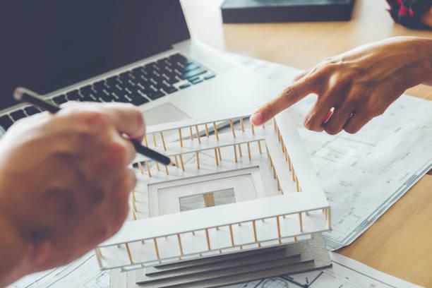 arquitecto o ingeniero reunión en oficina en proyecto y construcción del modelo. trabajo arquitectos - arquitecta fotografías e imágenes de stock